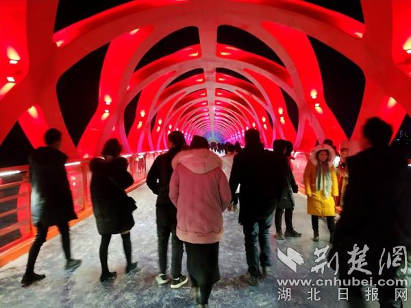 丹江口:网虹桥流光溢彩 飞雪夜踏雪迎春