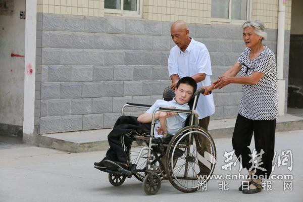 """悉心照料病殘孫子20年 竹山這對老人被譽為""""最美爺奶"""""""