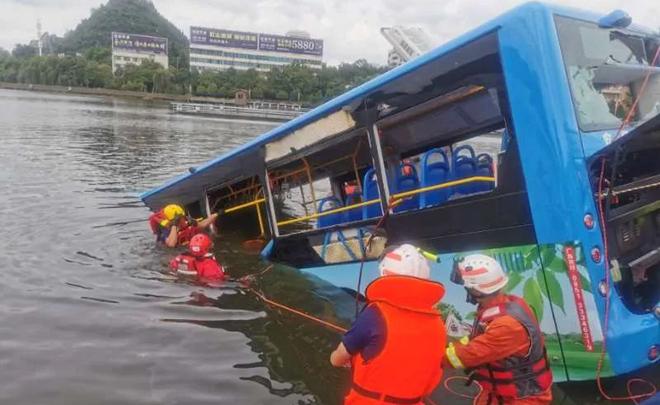 揪心!贵州公交坠湖已致21人死亡 坠湖瞬间视频曝光!