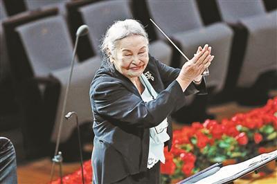 """91岁的""""无条件祖母""""郑小莹将重返舞台,演唱大型交响诗《土楼的怀念》。"""